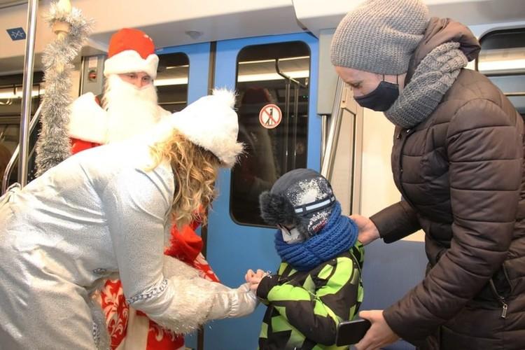 Особое внимание Дед Мороз и Снегурочка уделили самым маленьким пассажирам. Фото: телеграм-канал метрополитена