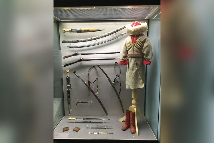 Экспозиция частной выставки «Империя Кавказ», которая прошла в Москве. На фото детское кавказское оружие.
