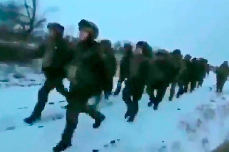 На видео украинские солдаты маршируют под антироссийскую песню.