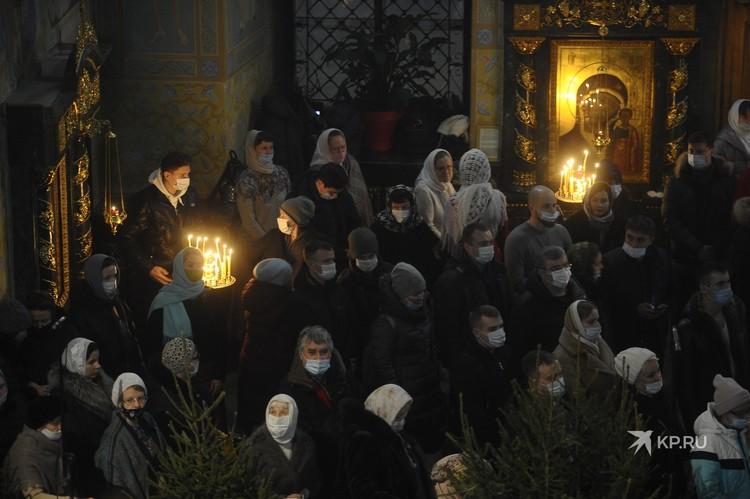 Многие люди, пришедшие в собор, действительно надели маски на службу.