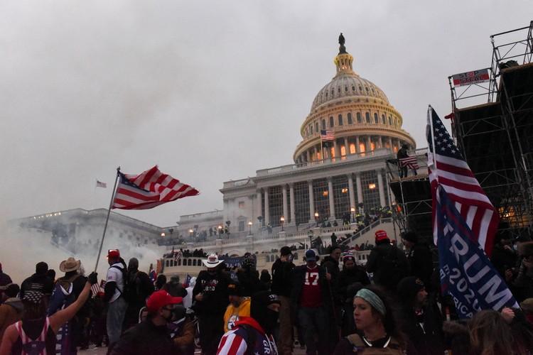 Несколько часов протестующие безраздельно властвовали как в Капитолии, так и вокруг него
