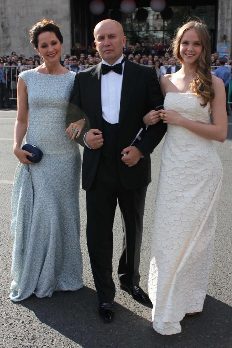 Ольга Кабо на открытии Московского Международного кинофестиваля-2013 с мужем и дочкой