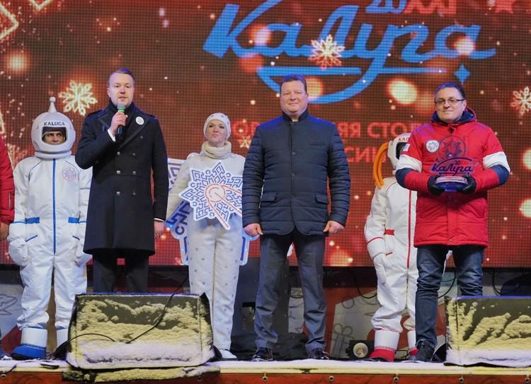 Сегодня городу был передан официальный символ – хрустальная снежинка. ФОТО: Сергей Лялякин.
