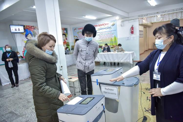 Для голосования на выборах президента и референдуме на каждом участке установлены две автоматически считывающие урны.