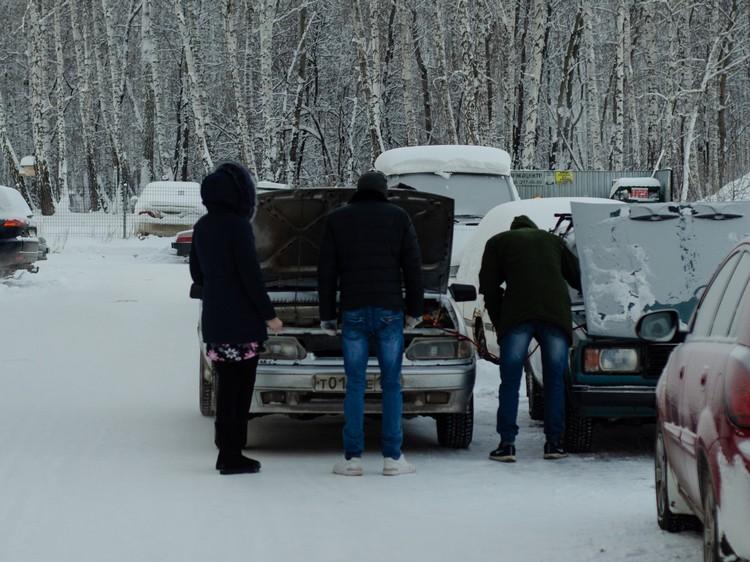Из-за морозов у горожан не заводились автомобили. Фото: Кирилл Садыков