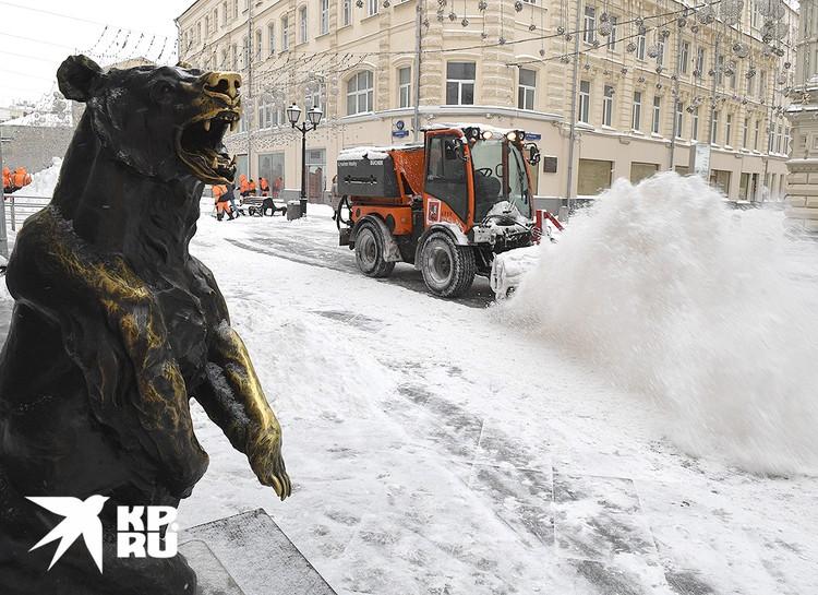 Убирать снег отправились тысячи бригад.