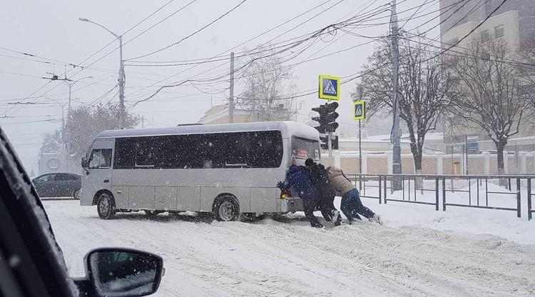 На улице Северной краснодарцы помогают водителю маршрутки. Фото: Нина ШИЛОНОСОВА