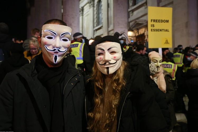 Сторонники абсолютной свободы тоже носят маски.