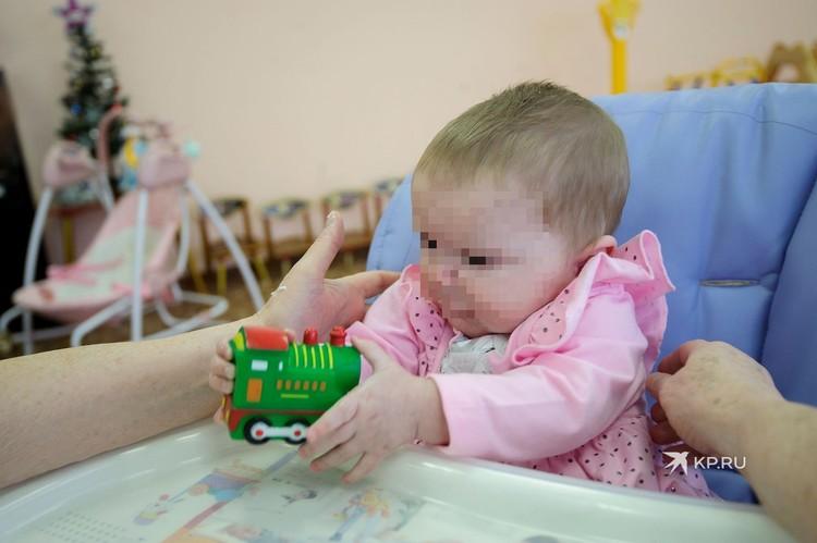 Полина активно набирает вес и познает окружающий мир, помимо нее в группе еще пять малышей