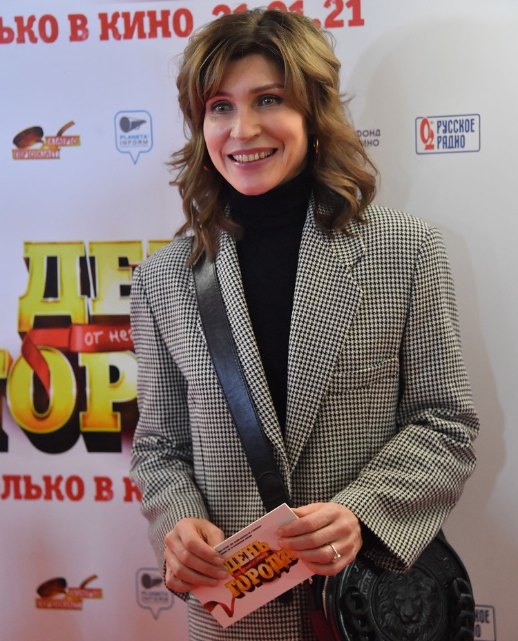 """Светлана Камынина на светской премьере комедии """"День города""""."""