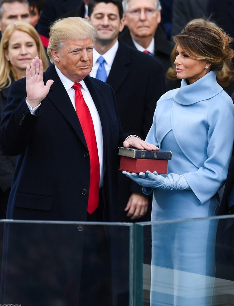 Дональд и Мелания Трамп во время принесения присяги.