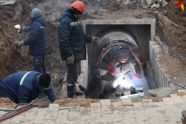 Рабочие трудятся на месте аварии.