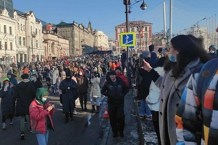 Самая мощная и масштабная акция прошла в столице Приморья. Во Владивостоке на митинг пришло порядка 300 человек, еще около 500 приняли участие в шествии.