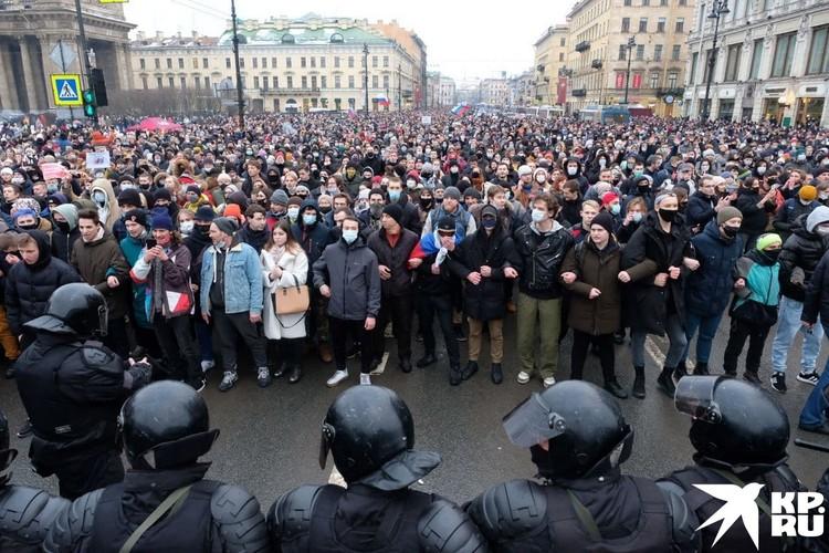 Противостояние ОМОНа и протестующих в Петербурге