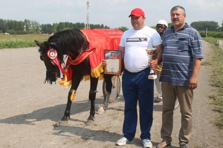 Породистые лошади полицейского становились призерами соревнований. Фото: соцсети.