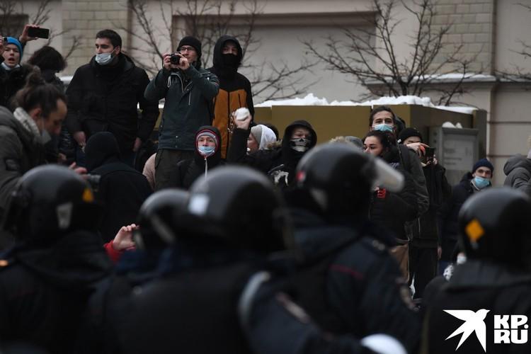 Молодежь на митинге вела себя агрессивно по отношению к стражам порядка.