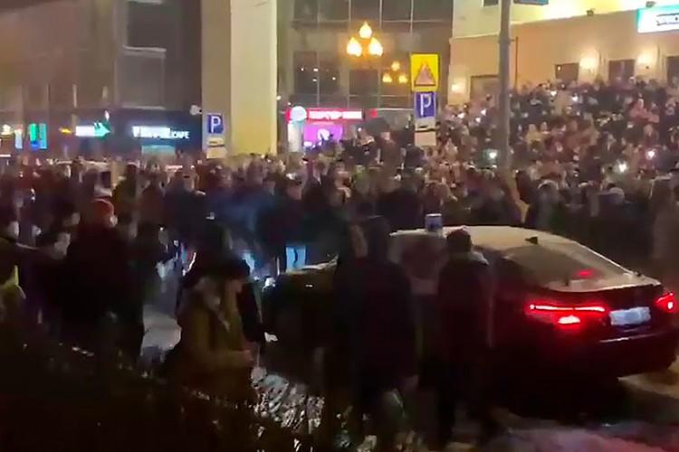 Блогера обвиняют в нападении на автомобиль ФСБ во время несанкционированного митинга.