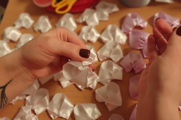 Сшивать лепесток нужно на основании, сложив уголки в два раза