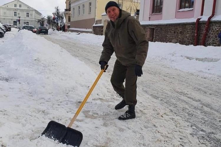 Юрий Караев расчищает дорогу от снега. Фото: s13.ru