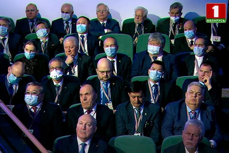 "Представители дипкорпуса, как обычно, используют маски. Фото: скриншот видео ""Беларусь 1"""