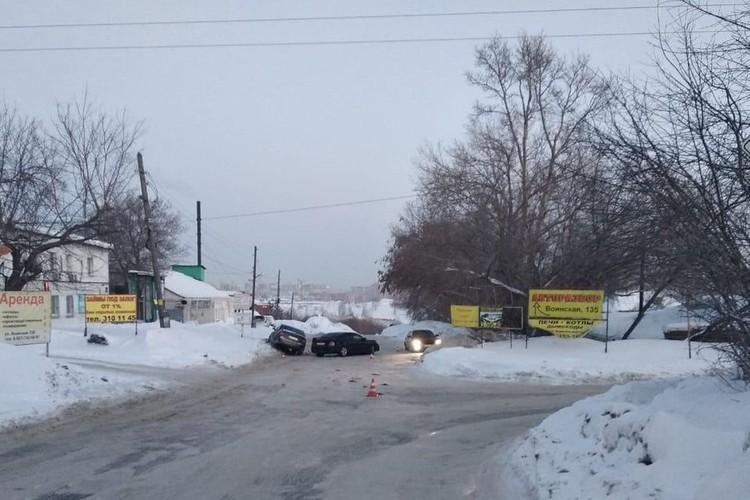 Авария произошла вечером 11 февраля, в Октябрьском районе. Фото: Госавтоинспекция по Новосибирску