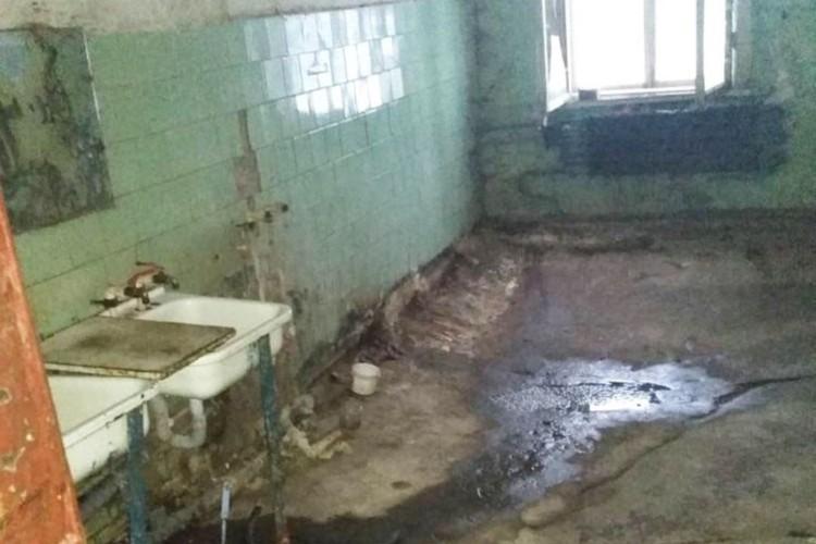 На бетонных полах в ванной комнате, которые уже несколько лет поражены гнилью, появились сточные воды местной канализации. Фото: onf.ru