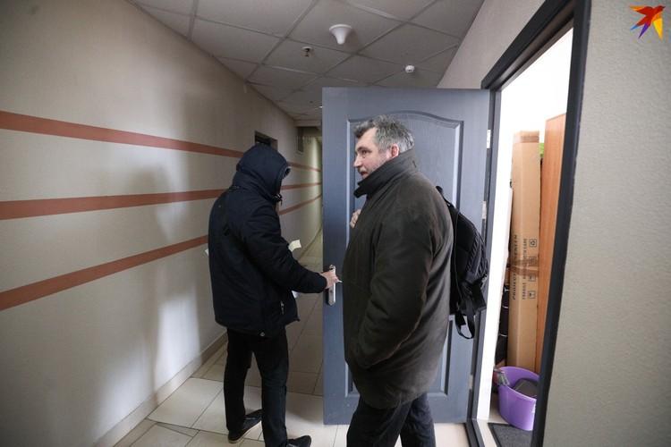 С сотрудниками из офиса вышел председатель БАЖ Андрей Бастунец