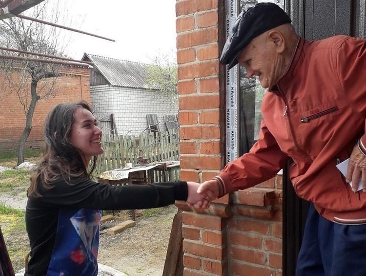 """К ветерану часто приходят волонтеры. Фото: Молодежный центр """"Светофор""""."""