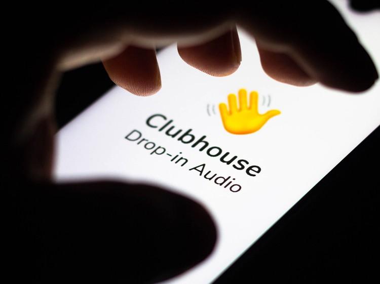 Главная особенность Clubhouse - обмен аудиосообщениями. Здесь не делятся отфильтрованными фотографиями и смешными роликами, только живое общение.