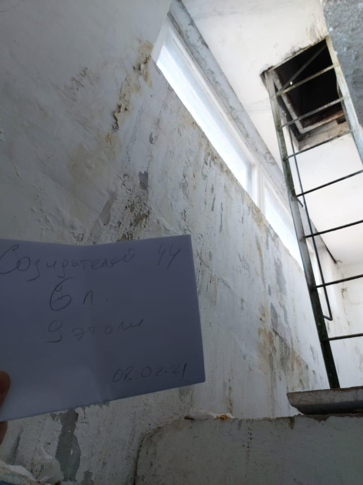 По словам жильцов дома, которому уже 40 лет, про капитальный ремонт в нем и вовсе никто не заикался.