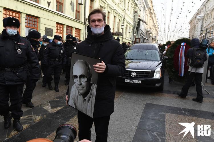 Поклонники Андрея Мягкова пришли к театру заблаговременно и выстроились в очередь в Камергерском переулке.