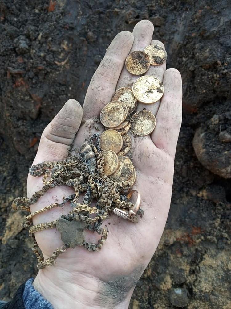 Драгоценности найдены в парке Марата Казея. Фото: Facebook / Paval Karaliou