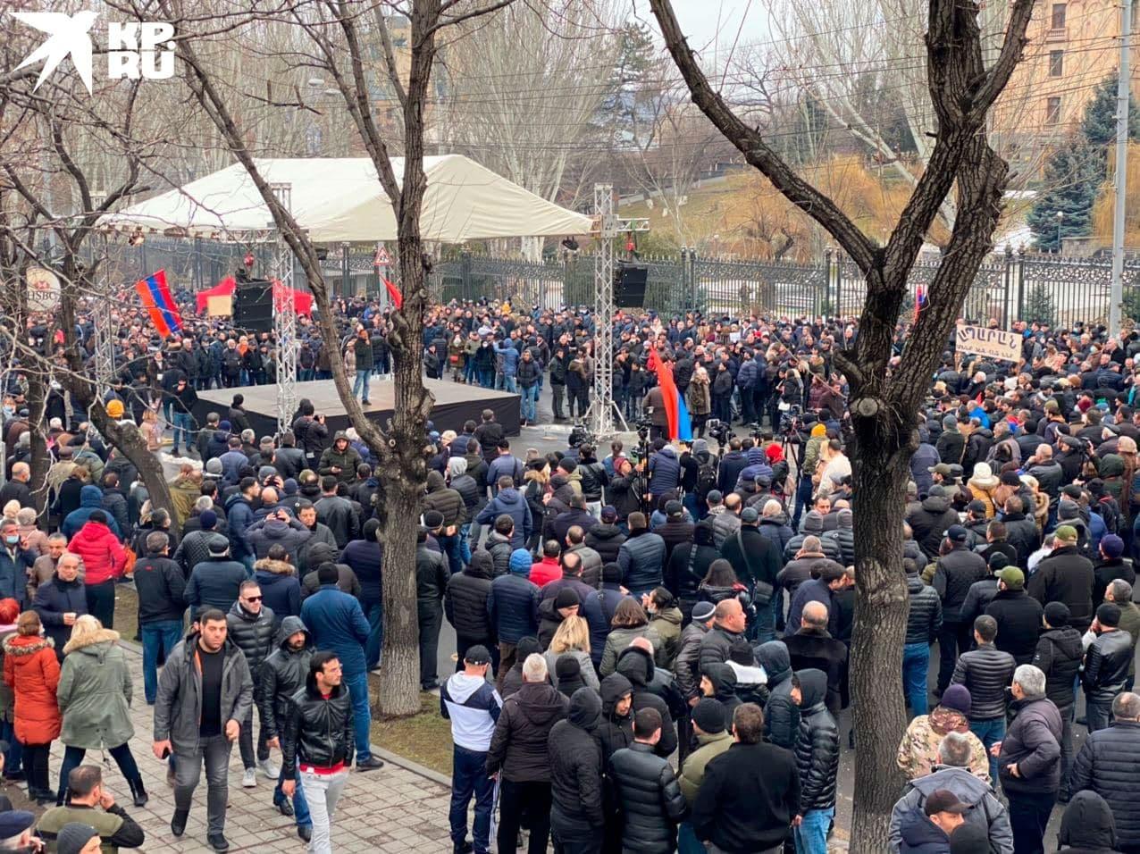Сцена митинга оппозиции в Ереване.