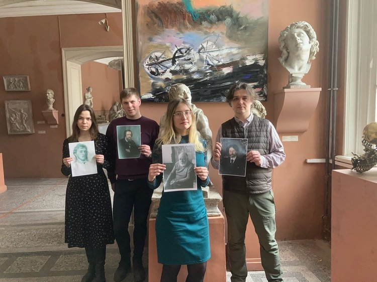 Сотрудники и студенты устроили акцию против выставки картин Васильевой. Фото: facebook.com/people/дмитрий-селиванов