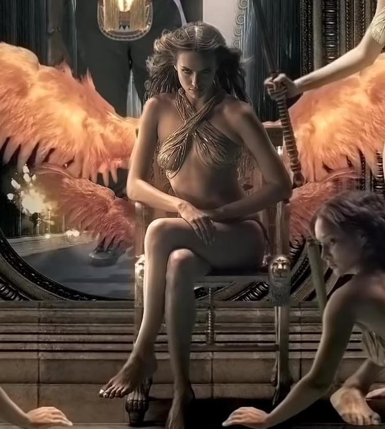 В видео Ирина предстает в откровенном золотом наряде с парой крыльев за спиной. Фото: кадр видео.