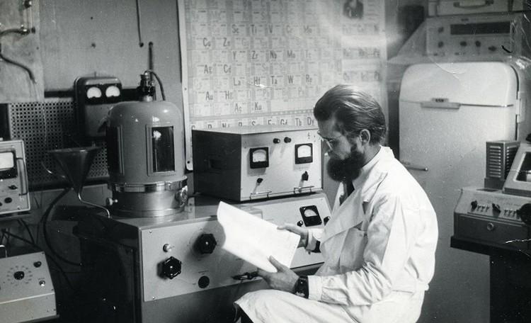 Отец в лаборатории. Фото 80-х