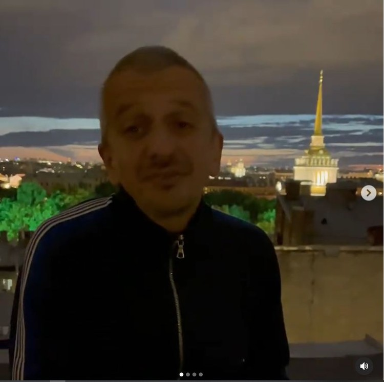 Ужин телеведущая накрыла на террасе, расположенной на крыше с видом на Исаакиевский собор. Фото: кадр видео.
