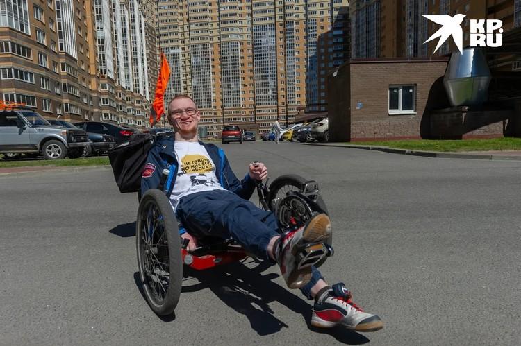 Благодаря картингу и вождению авто Иван уже может обходиться без коляски, поэтому он и спокойно прогулялся до маршрутки.