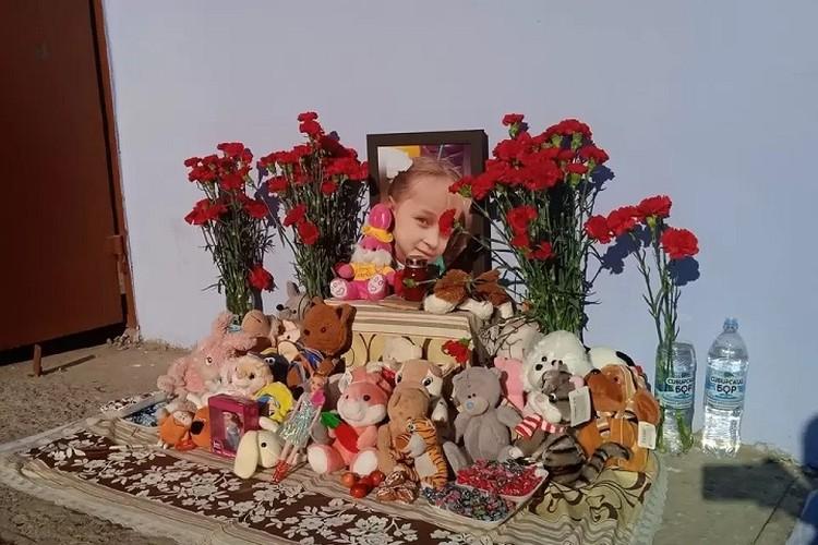 Стихийный мемориал появился у дома девочки