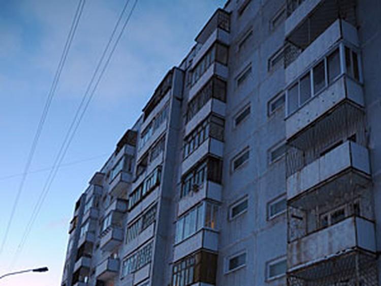 Серов живет в трехкомнатной квартире в обычной панельной девятиэтажке.