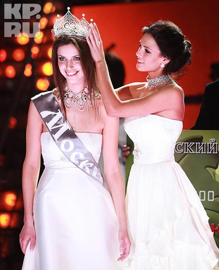 Наталью Гантимурову награждает «Мисс Россия-2010» Ирина Антоненко