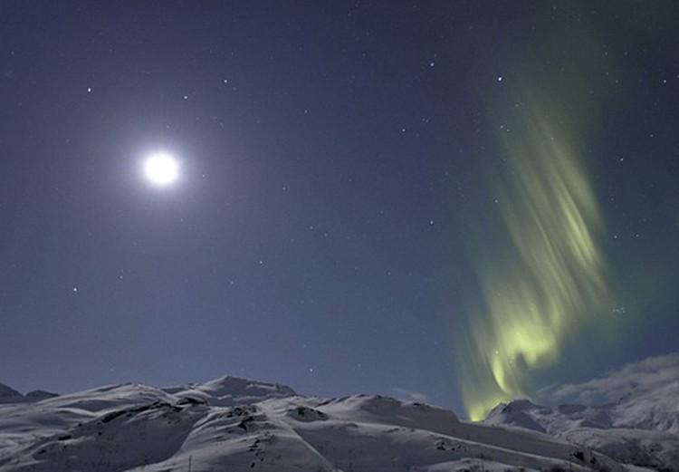 """Явление """"Суперлуны"""" на небе сопровождает северное сияние. Еще один загадочный сюрпризЮ"""