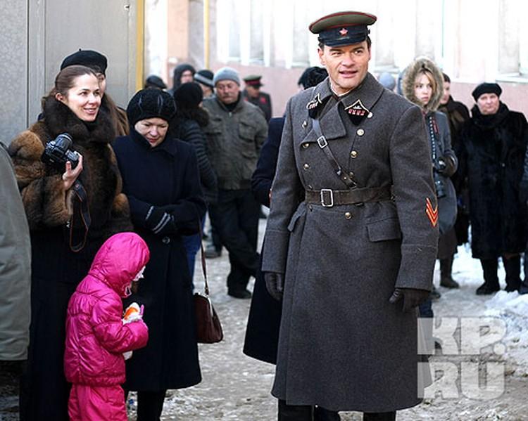 Жена и дочка Евгения Дятлова пришли повидаться с ним на съемочную площадку
