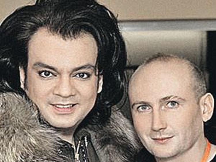 Директор «Фабрики» Олег Вакулин (справа) лично снимал клип с Филиппом Киркоровым и своими ученицами. Правда, за деньги родителей. За очень большие деньги!
