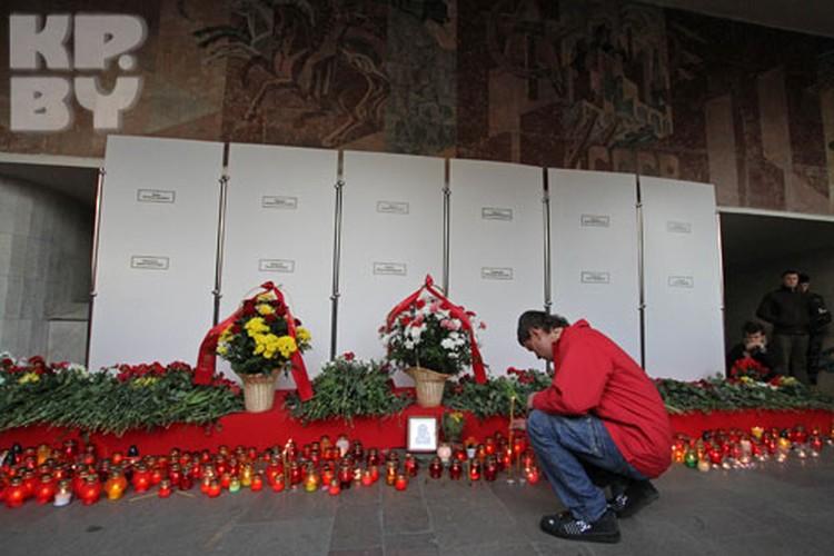 На Октябрьской площади собрались люди с цветами и свечами чтобы почтить память погибших в теракте 11 апреля.