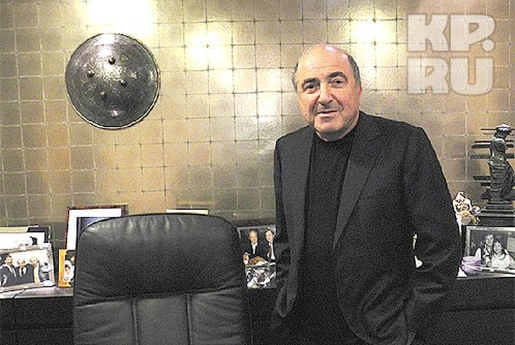 Борис Березовский у себя в офисе