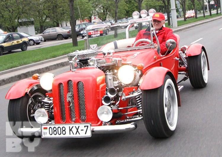 Чудо-автомобиль Владимира Мательского, который он ласково называет MATV-эшкой, при помощи волговского двигателя мгновенно разгоняется аж до 140 километров в час!