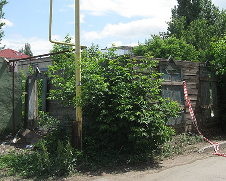 Киллеры стреляли из этого полуразрушенного дома.