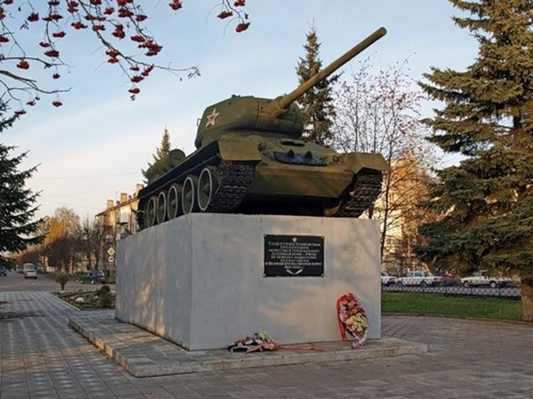 На площади Мира памятник воинам-танкистам погибшим в боях за Ржев