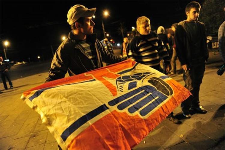 Сотни людей вышли на улицы Ярославля, чтобы почтить память погибших в авиакатастрофе.